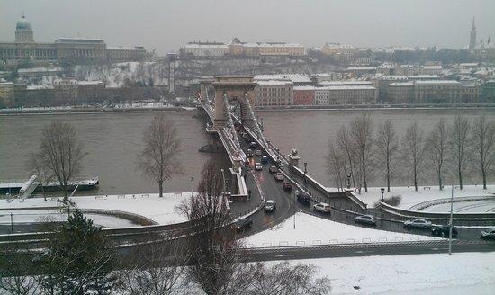 Four Seasons Hotel Gresham Palace:                   Le pont sur le Danube