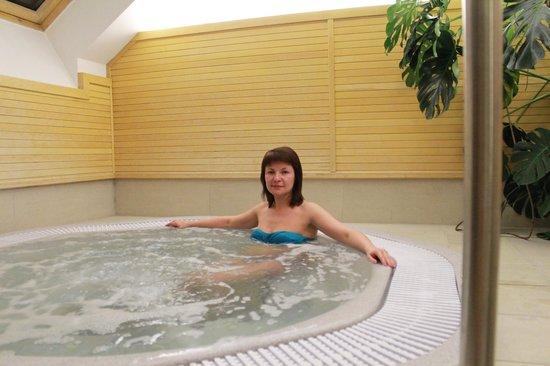 Boutique Hotel Seven Days:                   Джакузи в зоне сауны отеля