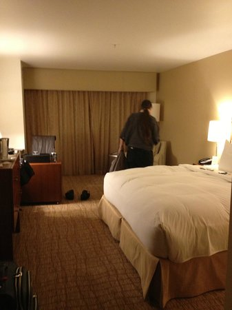 The Heathman Hotel Kirkland: Bedroom from door