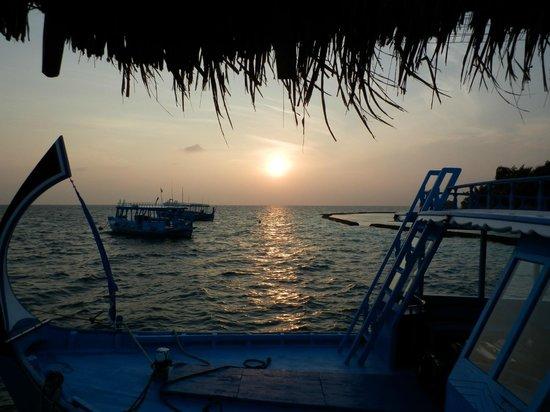 Gangehi Island Resort:                   L'alba dal porticciolo di Gangehi