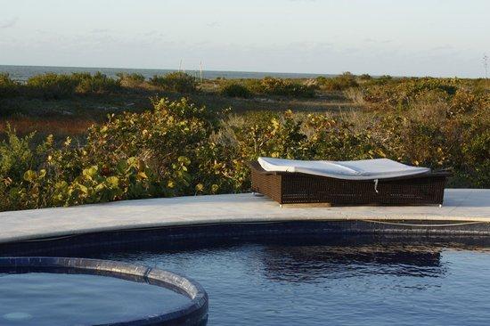 Hotel Xixim:                   Alberca con jacuzzi y vista al mar