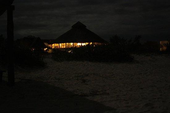 Hotel Xixim:                   De la playa al bar en la noche