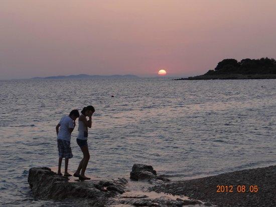 Primosten, Kroatië:                   coucher de soleil sur la plage qui borde l'hôtel
