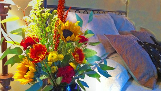 Amethyst Inn & Cottages: Flowers for Guest Rooms at the Amethyst Inn B&B
