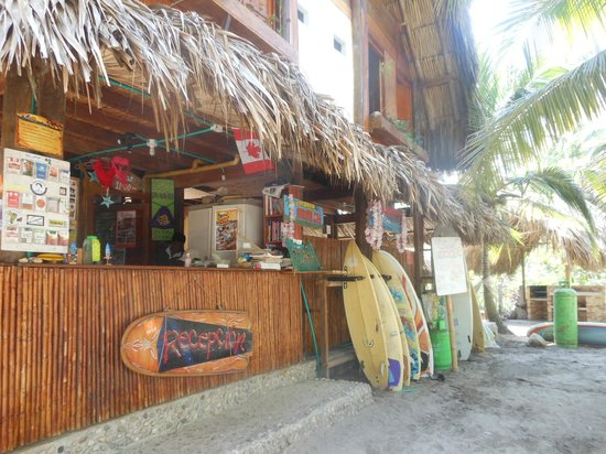 Costeno Beach Surf Camp: Reception/restaurant/surfboard rentals