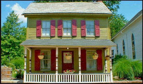 Amethyst Inn & Cottages: Dragonfly Cottage in Lancaster County, PA- Pets Welcome