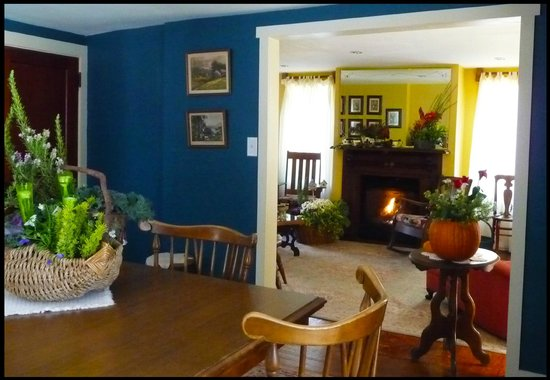Amethyst Inn & Cottages: Firefly Cottage-Living Room & Dining Room