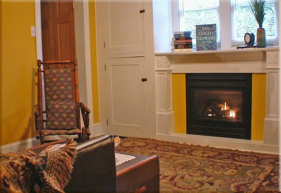 Adamstown Inns & Cottages : Sitting room in Ruby Suite- features gas-log fireplace and steam shower