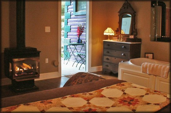 Amethyst Inn & Cottages: Ruby Suite with private outdoor entrance, gas-log fireplace & whirlpool Jacuzzi