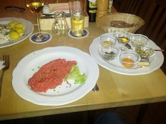 Weihenstephaner:                   Tartar mit Zwiebel, Senf, kapern, Paprika, Cognac, Gurken, zum selbermischen.