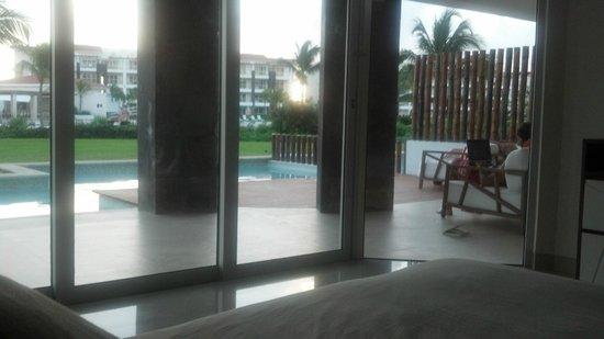 Pure Mareazul :                   Desde la habitación hacia la piscina privada y ese espacio tan útil para tomar