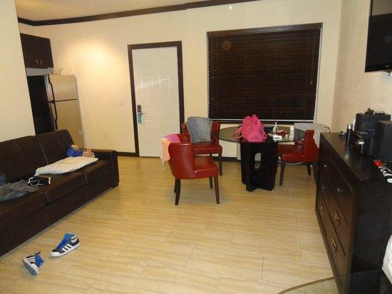Tradewinds Apartment Hotel:                   comedor con sillon cama