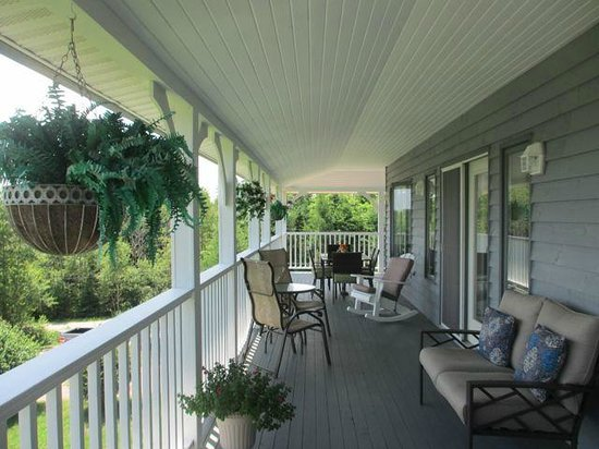 Gray Gables Bed and Breakfast: Front Veranda