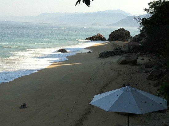 Xinalani Retreat:                   beach looking north