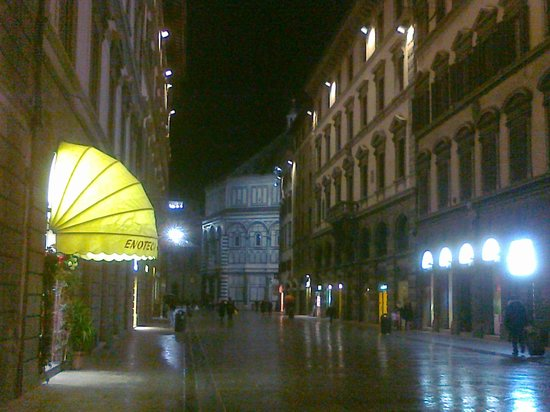 لو ستانزي ديل دومو:                   posizione centralissima...in centro a Firenze accanto al Duomo               