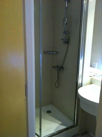 Ruskin Hotel:                   Clean shower