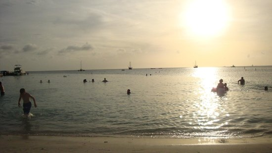 Marriott's Aruba Surf Club:                   Atardecer en la playa del Marriott Surf Club