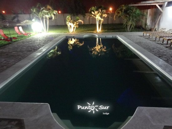 Piscina de noche en Punto Sur Lodge