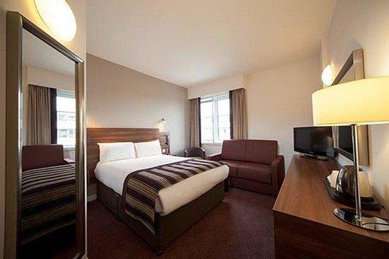 Jurys Inn Belfast: Double Couch Dark Wood Bedroom