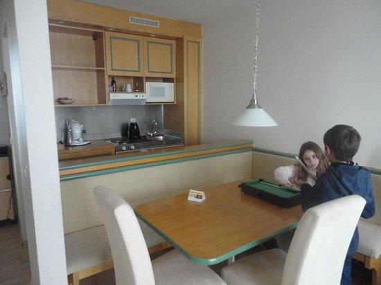 Quality Hotel Augsburg: cocina del apartamento