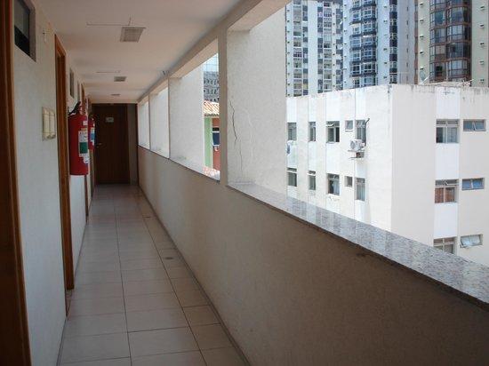 Hotel Porto Maceio: pasillo para entrar a las habitaciones