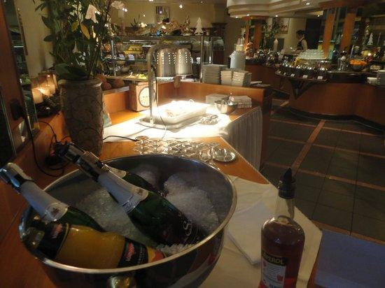 Quality Hotel Augsburg: champagne en el desayuno!