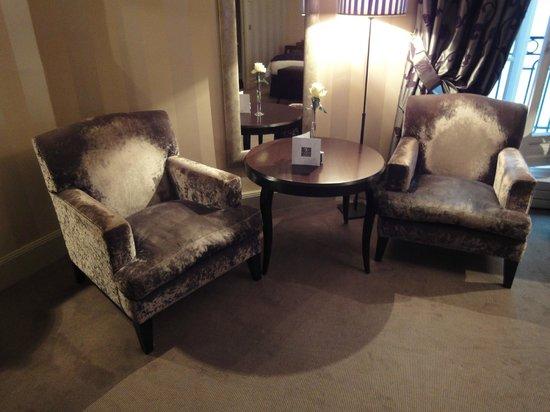 Champs Elysees Plaza Hotel: Partie salon de la chambre