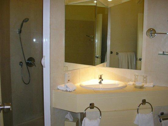 La Pirogue Resort & Spa:                   salle de bains avec baignoire et douche
