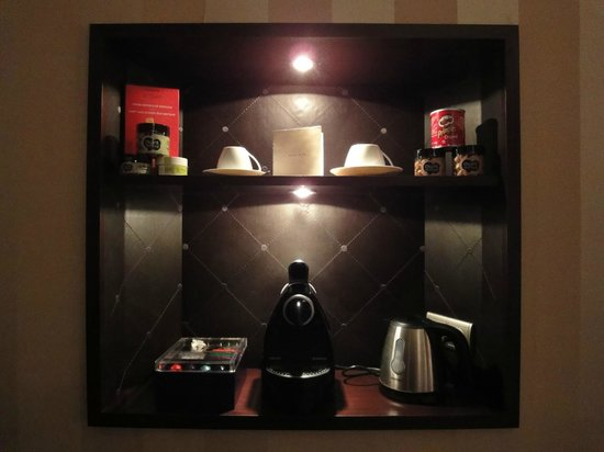 Champs Elysees Plaza Hotel: Mini bar et Nespresso