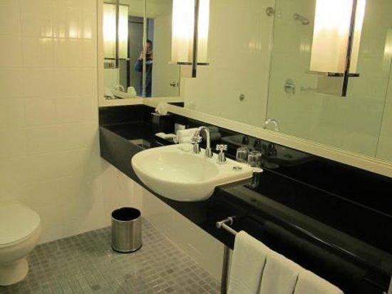 Sydney Harbour Marriott Hotel at Circular Quay: Salle de bains - chambre 2124