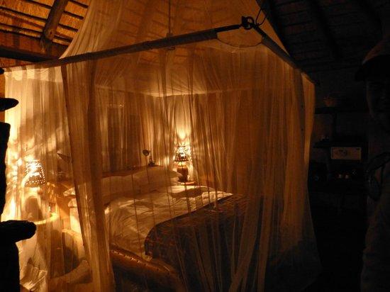 Makalali Private Game Lodge:                   Romantik pur - nach der Abendsafari fanden wir unser Zimmer so vor :-)