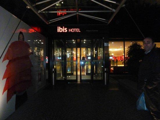 Ibis Milano Centro: entrada del hotel