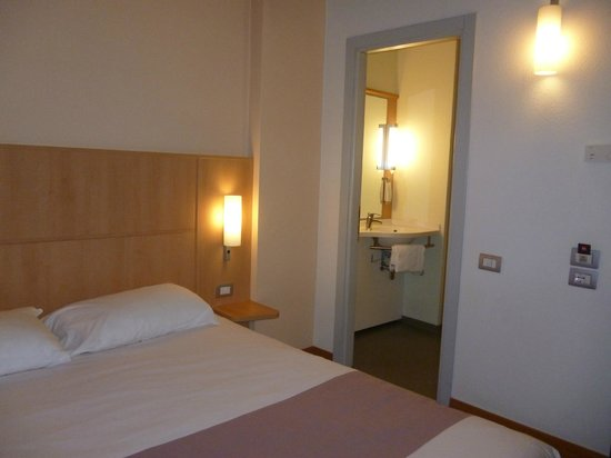 إيبيس ميلانو سنترو: habitacion con la entrada al baño