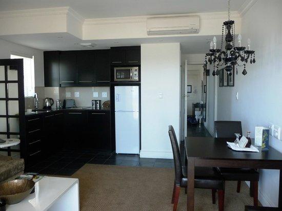 Romney Park All Suite Hotel & Spa:                   Del av köket/allrummet med blick mot sovrummet