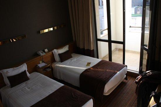 Alif Hotel:                   chambre avec balcon