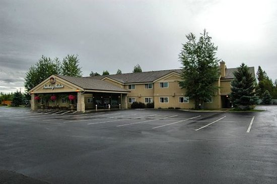 Best Western Newberry Station: The Hotel and Parking area
