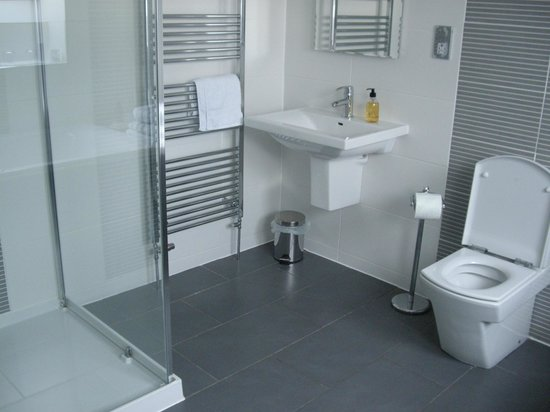 Lochview Guesthouse:                   Modern bathroom in the Sallachan room