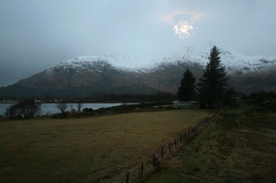 Lochview Guesthouse:                   view of snowy peaks from room