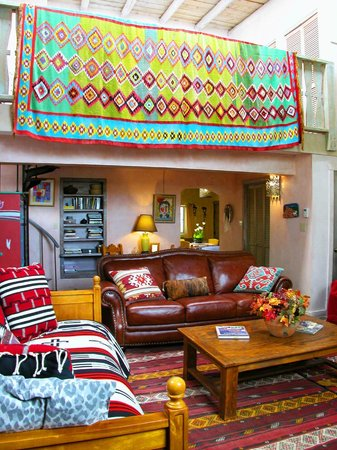 Inger Jirby's Guest Houses: Spacious living area and beautiful decor Red Hawk