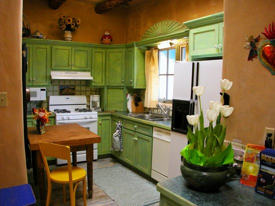 Inger Jirby's Guest Houses: Kitchen in Red Hawk