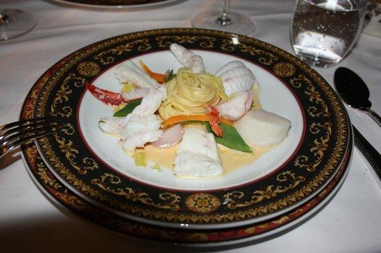 Rathauskeller:                   Тарелка океанской рыбы с белой лапшой и лобсторовым соусом