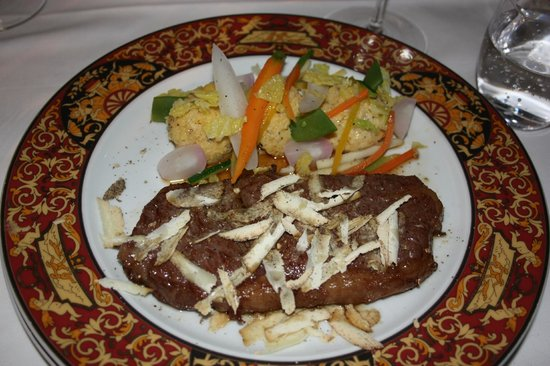 Rathauskeller:                   Мраморный стейк из чилийского мяса,присыпаный перегорским трюфелем с палентой