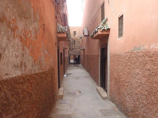 Riad Amina:                   rue devant l'entrée du riad                 