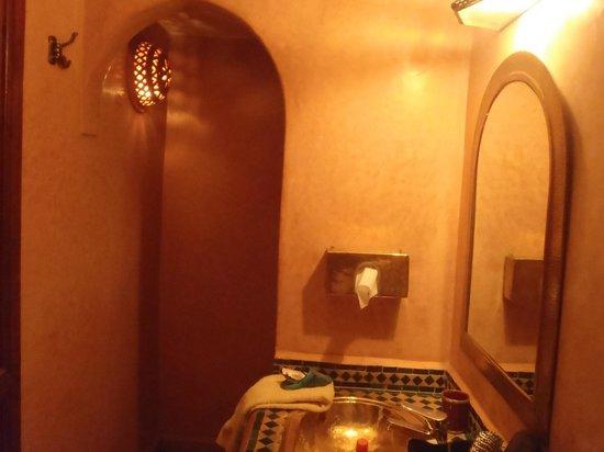 Riad Amina:                   sdb chambre étage avec douche