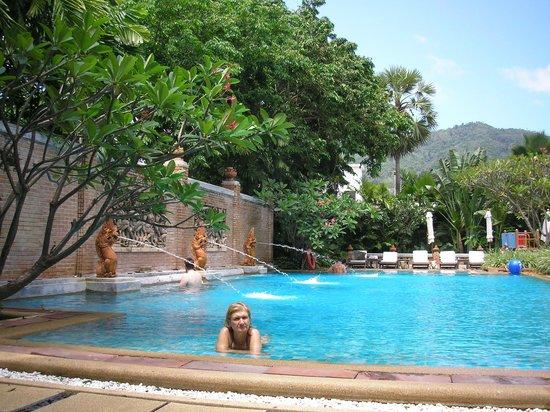 Patong Beach Hotel:                   una de las piscinas del hotel...