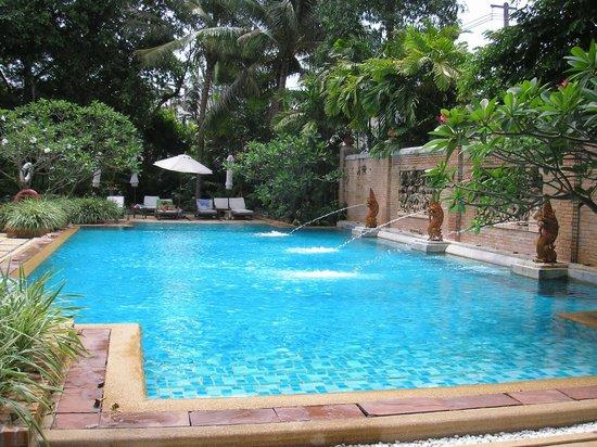 Patong Beach Hotel:                   detalle de la piscina