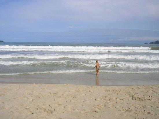 โรงแรมป่าตอง บีช:                   la playa enfrente del hotel patong...