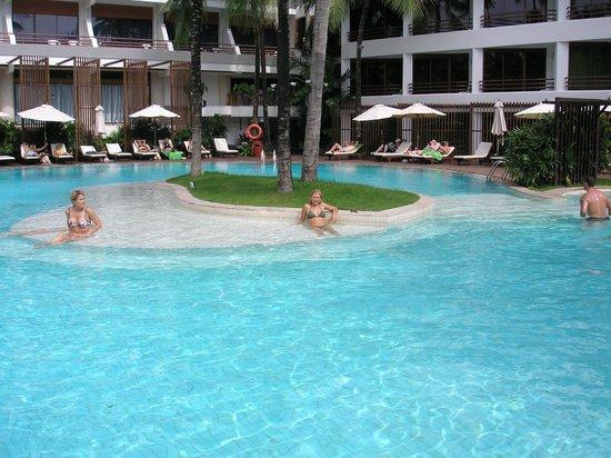 Patong Beach Hotel:                   un descanso en el centro de la piscina..