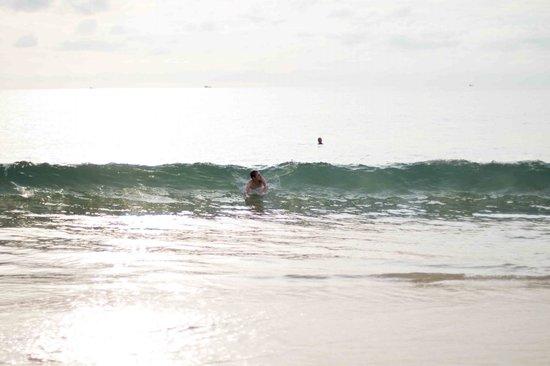Nai Harn Beach:                                     Вот такие вот волны