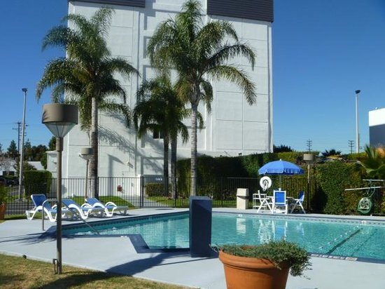 Holiday Inn Express Van Nuys: Outdoor Swimming Pool